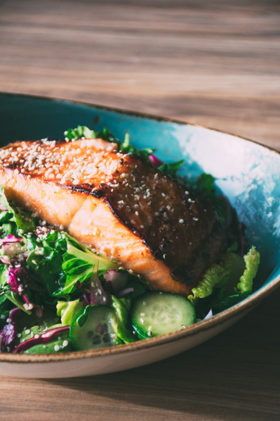 a mega healthy and flavorful recipe for garlicky miso marinated salmon with a big salad of fresh romaine and arugula, cucumbers, red cabbage and a lime and olive oil vinaigrette | www.nyssaskitchen.com