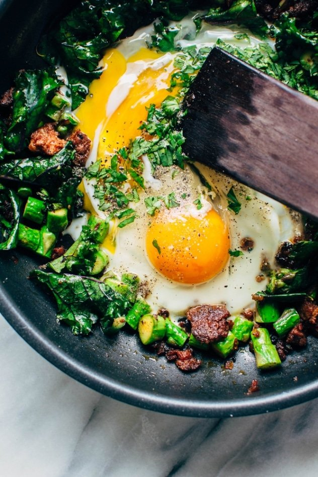 Made with only 5 ingredients, this easy chorizo and asparagus scramble is a breakfast hero. Plus it's healthy, quick and SUPER easy to make!