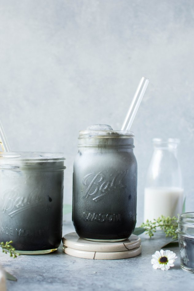 This iced activated charcoal latte is a stunning detoxifying drink that can help aid in digestion and rid your body of potential toxins. Made in just 5 minutes with 6 ingredients - it's easy and oh-so-pretty in a very October kind of way.